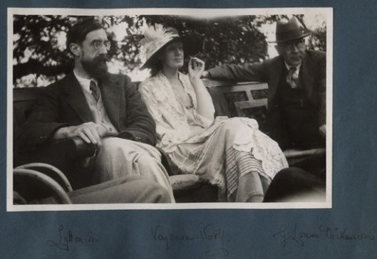 Ottoline Morrell - Lytton Strachey e Virginia Woolf, 1923; fotografia, 8,4 x 13,4. National Portrait Gallery Colection, London.