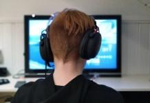 Ragazzo di spalle che gioca online