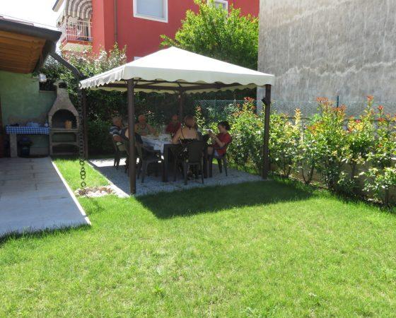 (Italiano) Giardino con barbecue