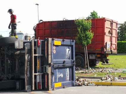 11052015 camion ribaltato origgio (11)