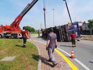 11052015 camion ribaltato origgio (35)