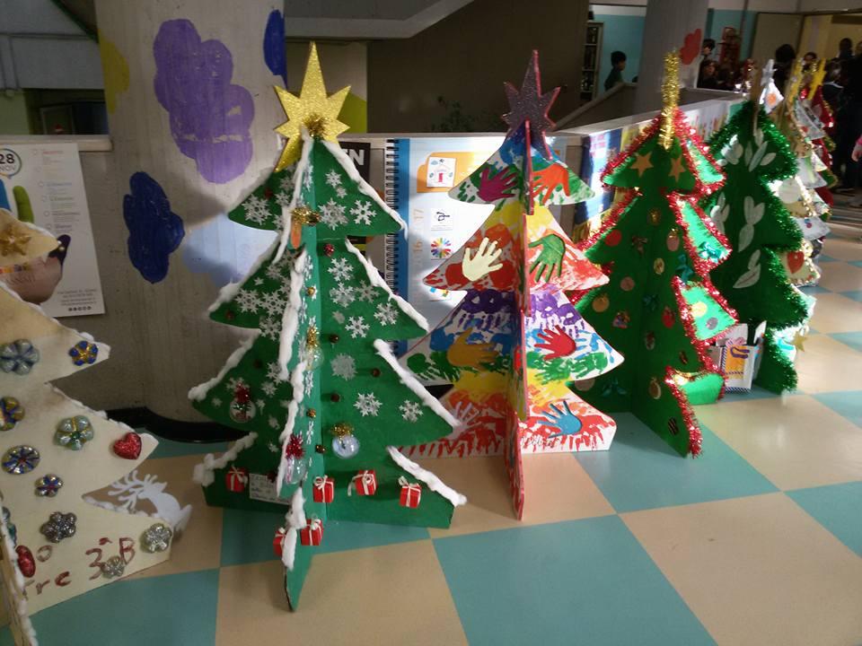 Immagini Di Alberi Di Natale Decorati.Dalle Scuole I Primi Alberi Di Natale Per Decorare La Citta