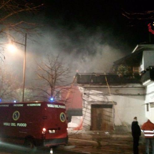 05012016 incendio tetto caronno pertusella (4)