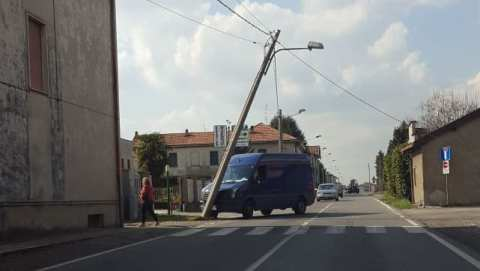 cogliate furgone abbatte palo (1)