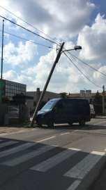 cogliate furgone abbatte palo (2)