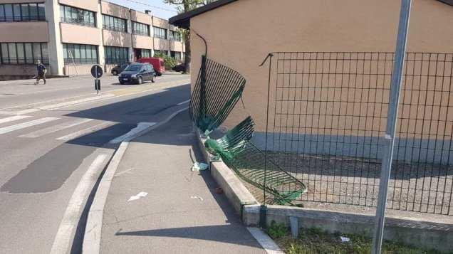 incidente recinzione rotonda via milano 16042019 (2)