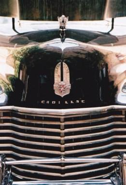 Binne-in hierdie Cadillac sit twee mannekyne gereed om te vertrek