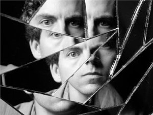 Uomo-riflesso-in-uno-specchio-rotto