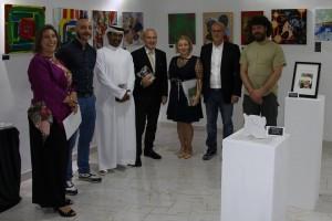 Il gruppo di artisti ad Abu Dhabi con Ahmad Yafei e l'Ambasciatore Giorgio Starace al centro