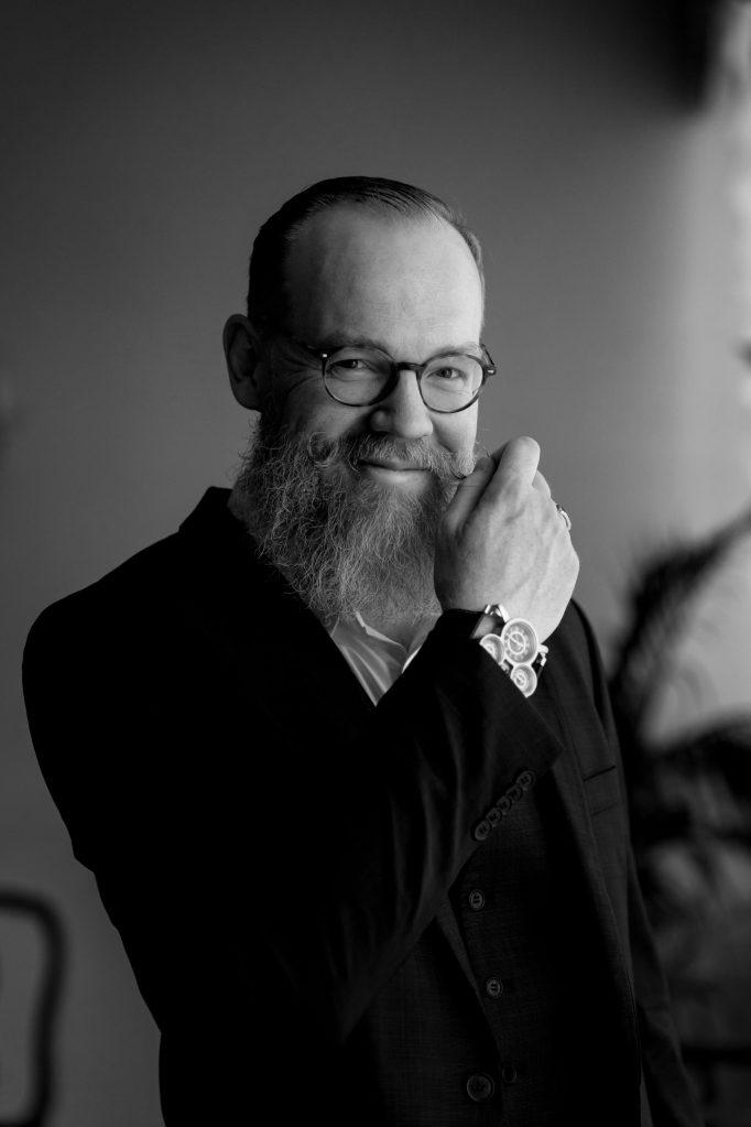 Cyrille, un barbu et moustachu nous explique pourquoi il ressent le besoin de porter la barbe