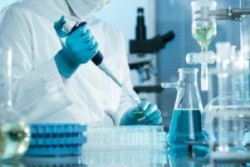 Ricercatore di una casa farmaceutica alla ricerca di una cura per la SLA
