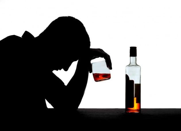 L'ansia sociale dietro l'alcolismo di Jackson Maine di A Star is Born?