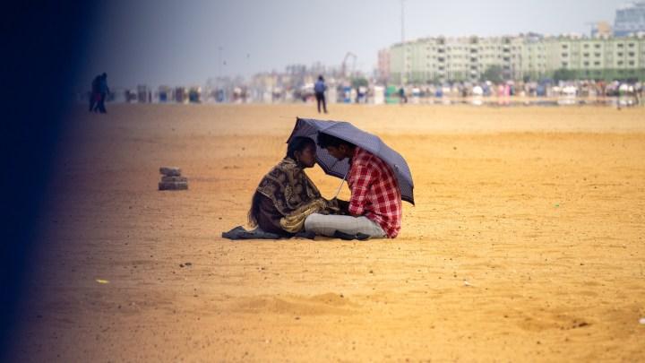 Des amoureux sur la plage de Chennai