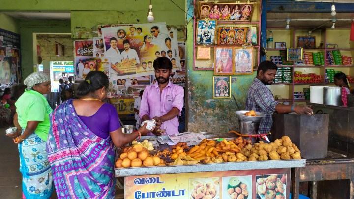 Vendeur de beignets dans une gare routière du Kerala