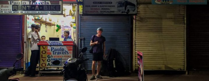 Devant le comptoir de Paulo Travels, notre compagnie de bus