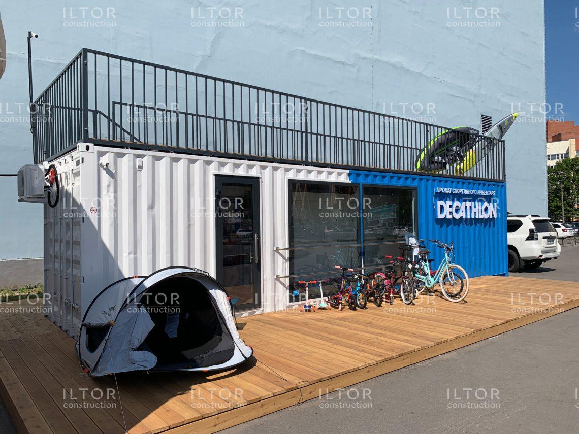 Пункт проката спортивного инвентаря с зоной выдачи интернет заказов DECATHLON из 40-футового морского контейнера с видовой террасой на крыше