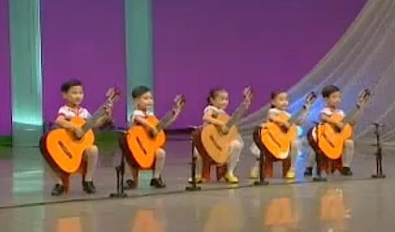 kanak kanak korea utara bermain gitar