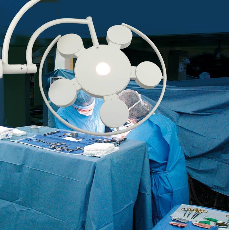 Los luminarios LED para salas de operación en quirófanos, emiten altos niveles de intensidad luminosa dirigida y concentrada sin la emisión de radiaciones infrarrojas (IR) y ultravioletas (UV). Foto: Lighting Master ©.