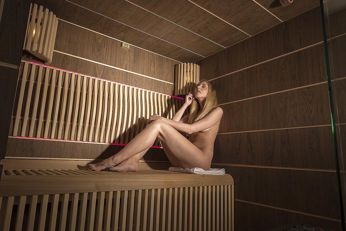 Představujeme vám absolutní špičku mezi saunami. Vnější obložení, bezrámové prosklení a vnitřek nabitý technologiemi a výbavou vám vyrazí dech. Sauna Future je jen pro ty nejnáročnější. Cena od 420.000 Kč bez DPH podle vybavení a velikosti.