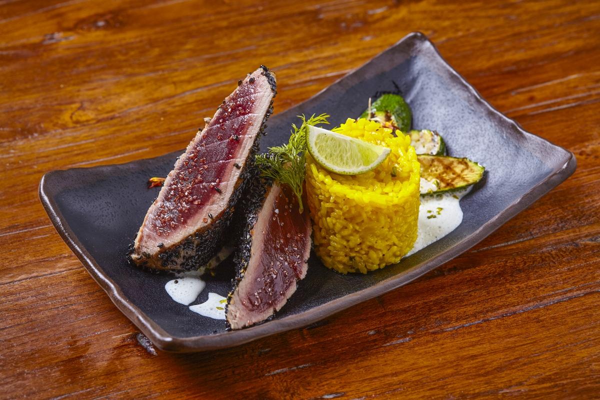 grilovany-tunak-s-omackou-wasabi-a-safranovou-ryzi