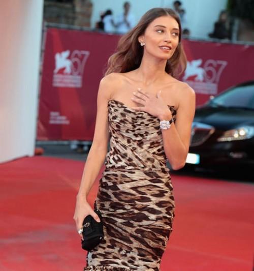 Margareth Made, herečka s okouzlujícím šperkem, při příchodu do hotelu Excelsior v Benátkách.