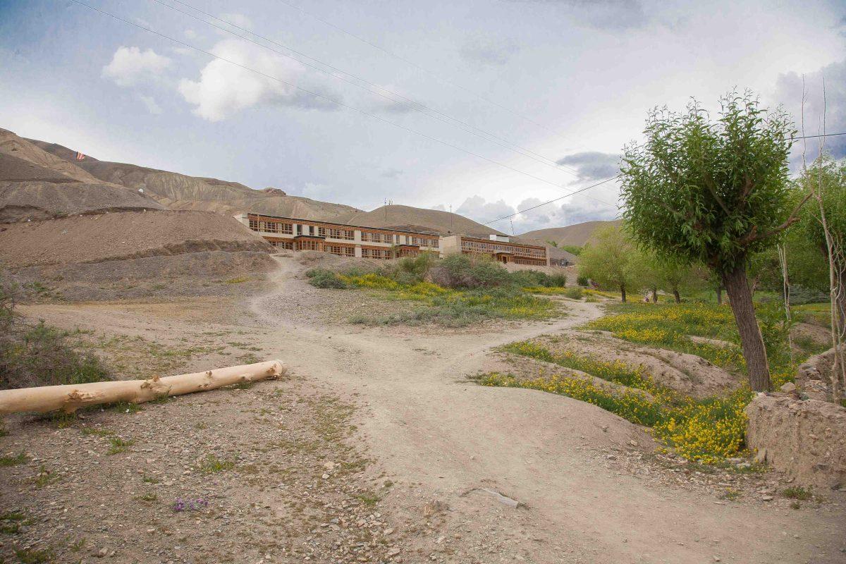 Pohled na školu Spring Dales Public School z údolí