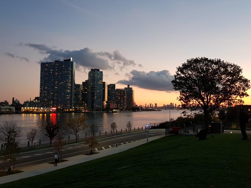 La vista sul Queens al tramonto da Roosevelt Island