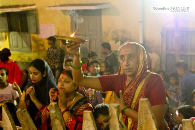 A lady during Evening Aarati