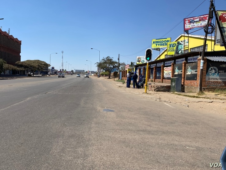 A heavy presence of armed soldiers and police ordered shops to close down early and sealed off all roads leading to the central business district, Harare, July 31, 2020.  (Columbus Mavhunga/VOA)