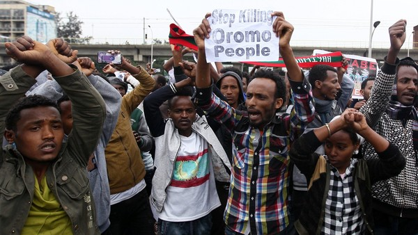 Protesters chant slogans during a demonstration over what they say is unfair distribution of wealth in the country at Meskel Square in Ethiopia's capital Addis Ababa, August 6, 2016. REUTERS/Tiksa Negeri