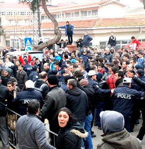 Barış ve Demokrasi Partisi'nin (BDP) çözüm sürecine destek aramak amacıyla başlattığı Kardeniz turu, Sinop'ta provokatif saldırılarla karşılaştı. Sabah saatlerinde kente gelenn gruba yönelik önce sözlü, sonra da konakladıkları öğretmenevine fiili olarak s
