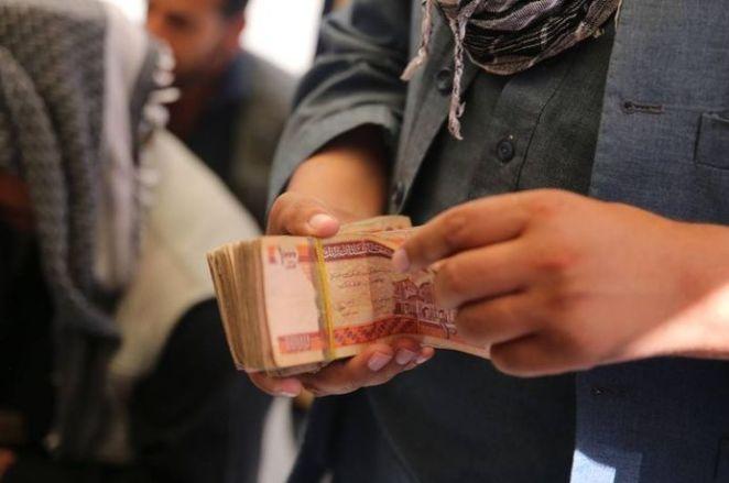 SON DAKİKA: Kabil'de yeniden açılan döviz bürolarına Afgan halkı yoğun ilgi gösterdi 17