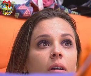 Angelis aponta seus defeitos e chora no quarto