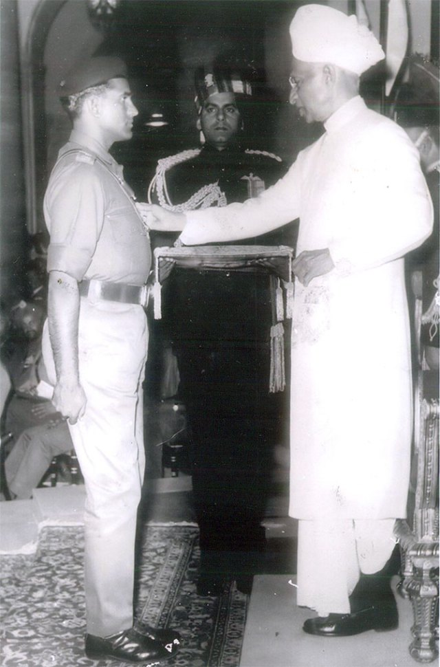 Captain Ayub Khan receives the Vir Chakra from President Dr S Radhakrishnan
