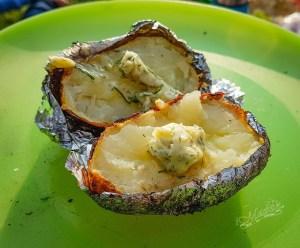 Ziemniaki z ogniska z masłem czosnkowym