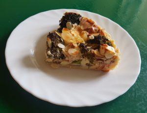 Tarta na francuskim spodzie z brokułem i migdałami