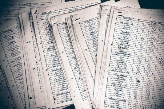 Listados anotados en hojas papel.