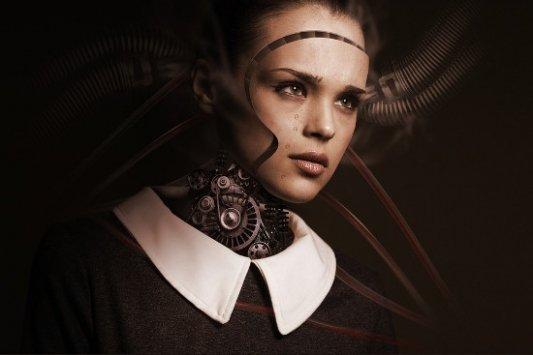 Mujer robot llorando.