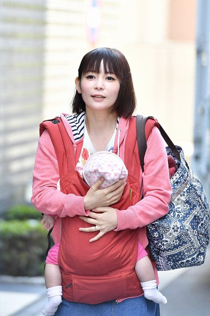 """"""" しょこたん""""こと中川翔子さんがママに!?抱っこ紐姿を ..."""