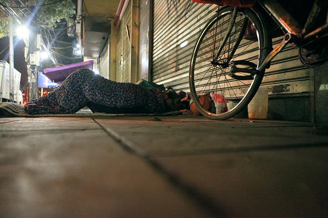 """Ảnh: Người vô gia cư trong đêm lạnh """"ác mộng"""" ở Hà Nội - 8"""