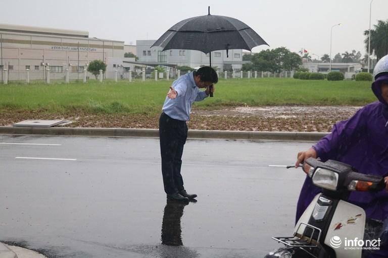 HN: Chủ cây xăng Nhật đội mưa nhiều giờ cúi gập người chào khách - 7