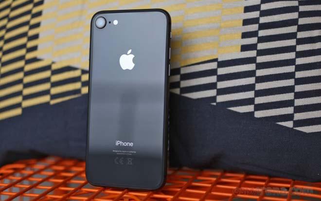 iPhone 8 ế ẩm trong ngày mở bán, iPhone 7 hút khách vì giá rẻ - 1