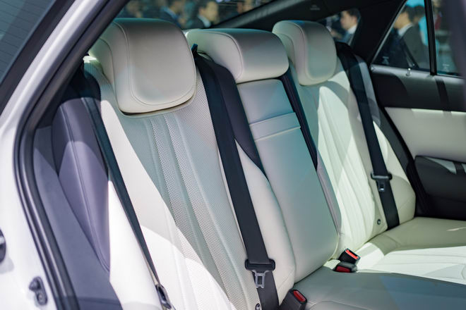 Toyota Crown: Sedan hạng sang thực thụ của Toyota - 9