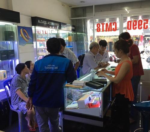 """Chen chân"" chờ mua Smartphone Ram 2G,Rom 16G, giảm giá còn 1,8 triệu - 1"
