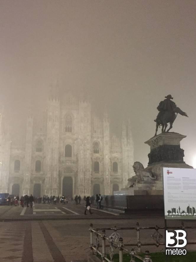 Duomo Di Milano Con Nebbia