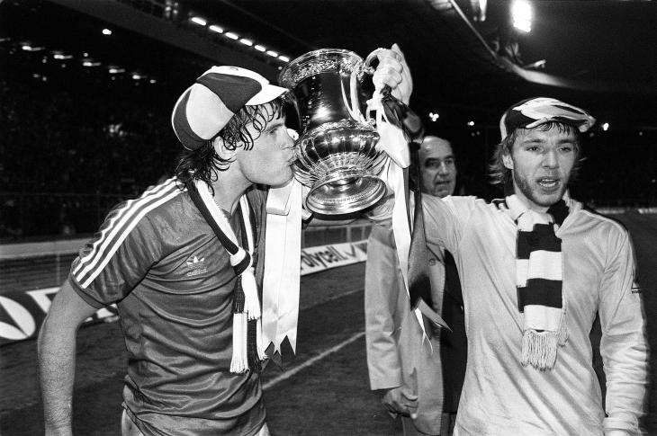 Glenn Hoddle kisses cup.