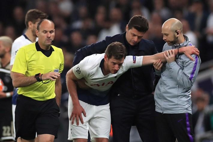 Mauricio Pochettino, second right, assists Jan Vertonghen