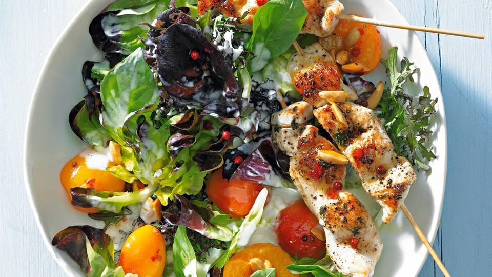 Grüner Salat mit Aprikosen und Putenspießen