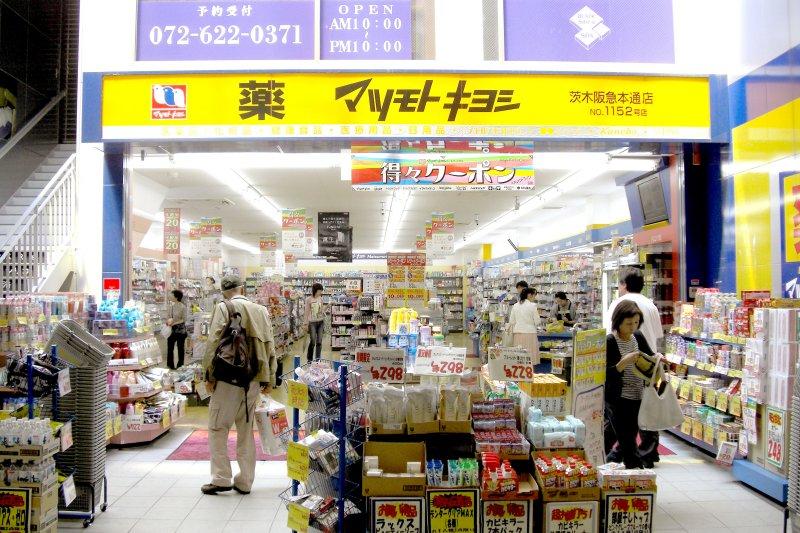 陸客今年在日本藥妝店瘋狂掃貨,讓日本藥廠的銷售量翻了好幾翻。(翻攝網路)