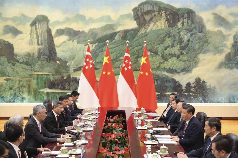新加坡总理李显龙与中国国家主席习近平。(美联社)